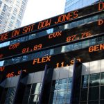 Stock Indices: Dow Jones rebounds, supported by Chevron, a surge in oil prices